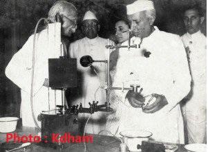 कैवल्यधाम आश्रम में पंडित जवाहरलाल नेहरू।